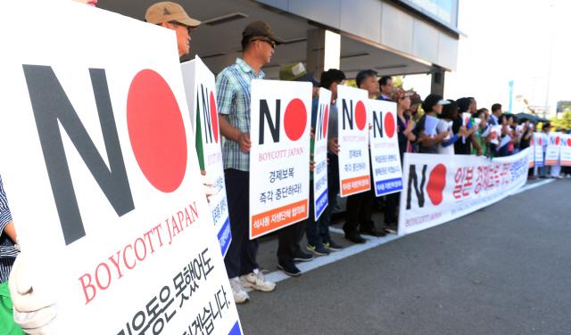 ▲ 14일 춘천시 퇴계사거리에서 석사동 자생단체협의회 회원들이 일본 경제보복 규탄과 불매운동 동참을 호소하는 캠페인을 벌이고 있다.  방병호