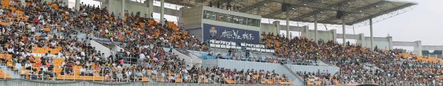 ▲ 하나원큐 2019 K리그1 강원FC와 수원삼성 경기가 열린 지난 17일 춘천송암스포츠타운 주경기장이 관중들로 가득차 있다.   최유진
