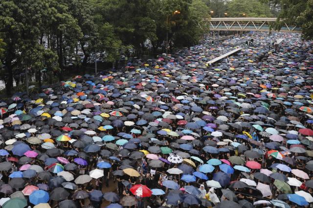 18일 홍콩 빅토리아 공원을 가득 메운 시민들이 우산을 받쳐든 채 '범죄인 인도 법안'(송환법) 반대 및 경찰의 강경 진압 규탄 시위를 벌이고 있다.     leekm@yna.co.kr (끝)   <저작권자(c) 연합뉴스, 무단 전재-재배포 금지>