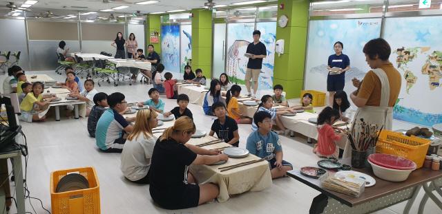 ▲ 춘천드림스타트는 19일 교육실에서 정서적 안정감을 형성하고 창의력 발달에 도움을 주기 위해 '나만의 도자기 만들기 체험' 활동을 했다.