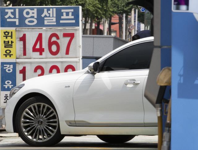 최근 3주 연속 오르던 전국 휘발유 가격이 4주 만에 하락한 18일 오전 서울의 한 주유소 모습. 한국석유공사 유가정보서비스 오피넷에 따르면 이날 전국 주유소 보통 휘발유 판매가격은 ℓ당 1천493.14원을 기록했다.