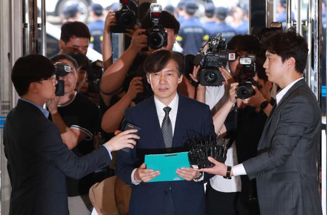 조국 법무부 장관 후보자가 22일 오전 인사청문회 준비 사무실이 마련된 서울 종로구 적선빌딩으로 출근하며 취재진 질문에 답하고 있다.