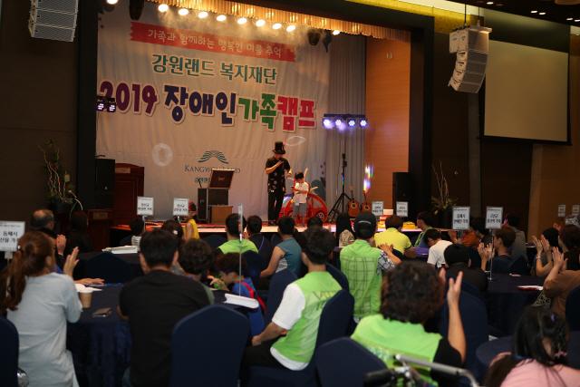 ▲ 강원랜드 복지재단은 22일 하이원리조트에서 '2019 장애인 가족캠프' 오리엔테이션을 진행했다.