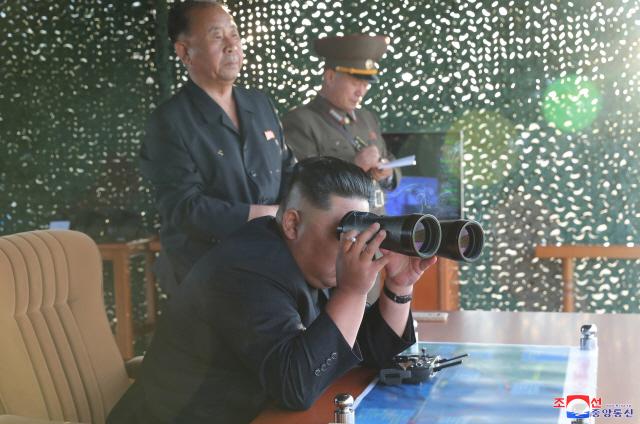 ▲ 북한 조선중앙통신이 '새로 연구 개발한 초대형 방사포'를 김정은 국무위원장의 지도로 시험발사에 성공했다며 25일 이 사진을 보도했다. 2019.8.25