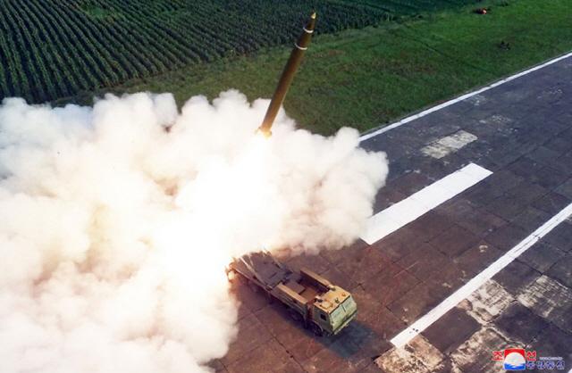 ▲ 북한이 지난 24일 '새로 연구 개발한 초대형 방사포'를 김정은 국무위원장의 지도 하에 성공적으로 시험발사했다고 조선중앙통신이 25일 보도했다. 사진은 중앙통신 홈페이지에 게재된 방사포 발사 모습으로 차륜형 발사대에 발사관 4개가 식별된다. 2019.8.25