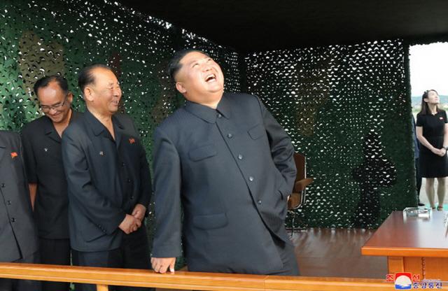 ▲ 북한이 지난 24일 '새로 연구 개발한 초대형 방사포'를 김정은 국무위원장의 지도 하에 성공적으로 시험발사했다고 조선중앙통신이 25일 보도했다. 사진은 중앙통신 홈페이지에 게재된 발사 참관 모습으로 우측에 김 위원장의 여동생인 김여정 노동당 선전선동부 제1부부장이 보인다.2019.8.25