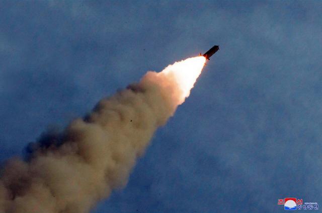 ▲ 북한이 지난 24일 '새로 연구 개발한 초대형 방사포'를 김정은 국무위원장의 지도 하에 성공적으로 시험발사했다고 조선중앙통신이 25일 보도했다. 사진은 중앙통신 홈페이지에 게재된 발사 모습.2019.8.25