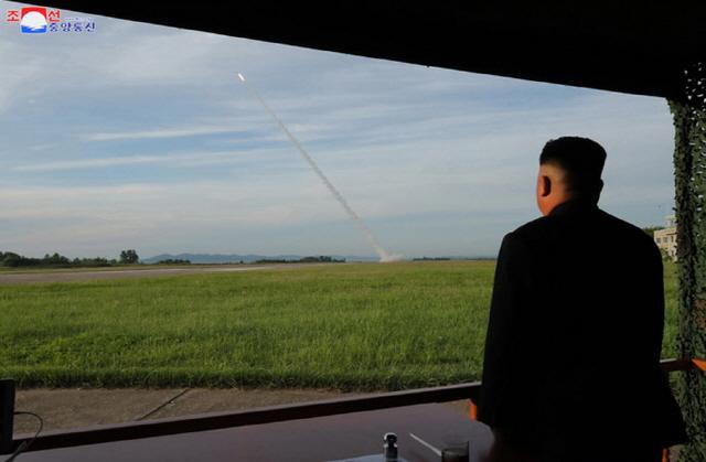 ▲ 북한이 지난 24일 '새로 연구 개발한 초대형 방사포'를 김정은 국무위원장의 지도 하에 성공적으로 시험발사했다고 조선중앙통신이 25일 보도했다. 사진은 중앙통신 홈페이지에 게재된 김 위원장의 발사 참관 모습.2019.8.25