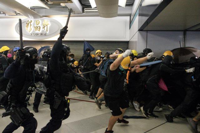 ▲ 홍콩 '백색테러' 규탄 시위대 구타하는 경찰      (홍콩 AP=연합뉴스) 27일 홍콩 위안랑 전철역에서 경찰이 시위대에게 곤봉을 휘두르며 강제해산을 시도하고 있다. 지난 21일 홍콩 위안랑 전철역에서 흰옷을 입은 정체불명의 남성들이 시민들을 무차별 폭행한 사건이 파문을 일으킨 가운데 이날 위안랑 지역에서 열린 '백색테러' 규탄 집회에서는 시위대와 경찰의 극렬한 충돌로 부상자가 속출했다.     leekm@yna.co.kr (끝)   <저작권자(c) 연합뉴스, 무단 전재-재배포 금지>