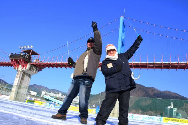 ▲ 올해 초 화천산천어축제를 방문한 동남아시아 관광객.군은 내달 22일부터 내년 축제 홍보를 위한 해외마케팅을 시작한다.