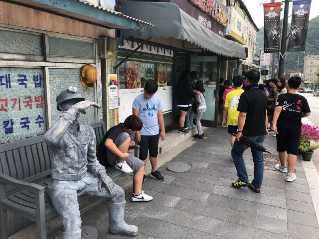 ▲ 태백을 찾은 관광객들이 철암탄광역사촌을 둘러보고 있다.