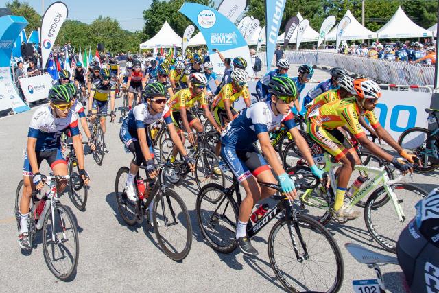 ▲ '뚜르 드 디엠지 2019 국제자전거대회'에 참가한 선수들이 30일 강원 고성군 통일전망대를 출발하고 있다. 2019.8.30 [고성군 제공]