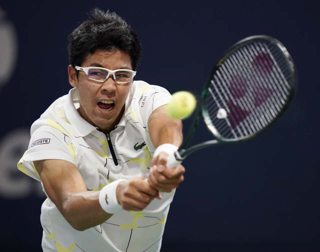 ▲ epa07803266 Hyeon Chung of South Korea hits a return to Fernando Verdasco of Spain during their match on the fourth day of the US Open Tennis Championships the USTA National Tennis Center in Flushing Meadows, New York, USA, 29 August 2019. The US Open runs from 26 August through 08 September.  EPA/JOHN G. MABANGLO    <All rights reserved by Yonhap News Agency>