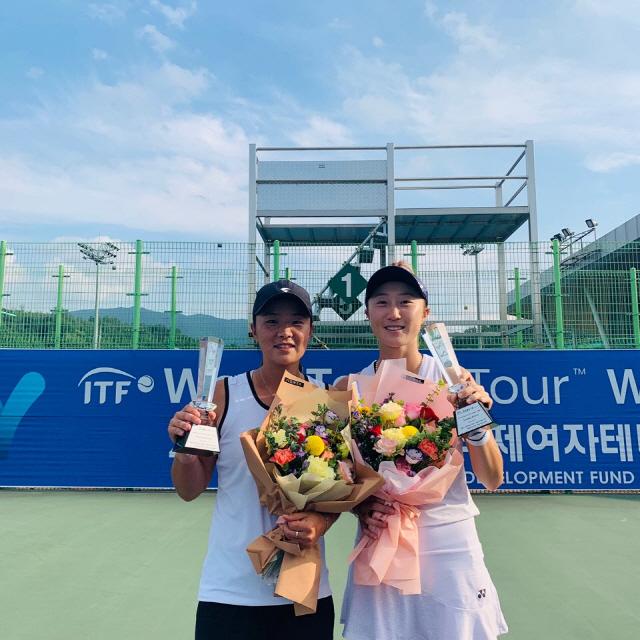 ▲ 강원페어 정수남(23·강원도청·사진 오른쪽)·김나리(29·양구출신·수원시청)가 국제테니스연맹(ITF) 영월국제테니스투어 1차대회에서 우승을 차지했다.