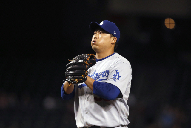 ▲ Los Angeles Dodgers starting pitcher Hyun-Jin Ryu, of South Korea, pauses on the mound during the first inning of the team's baseball game against the Arizona Diamondbacks on Thursday, Aug. 29, 2019, in Phoenix. (AP Photo/Ross D. Franklin)    <All rights reserved by Yonhap News Agency>