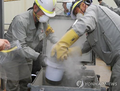 ▲ 2일 오후 강원 동해시 동해항에서 관계자들이 일본에서 수입한 석탄재 시료를 채취하고 있다. 환경부가 한일 무역 갈등에 따라 지난달 30일부터 일본산 폐기물 관리를 강화한 이후 전수조사는 이번이 처음이다. 2019.9.2
