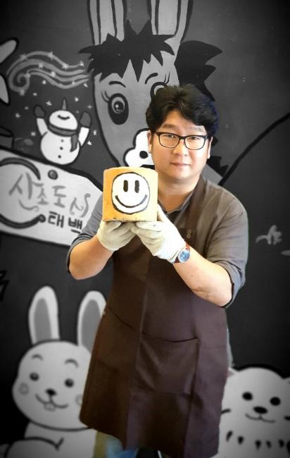 ▲ 손장우 대표가 제작한 미니연탄을 선보이고 있다.