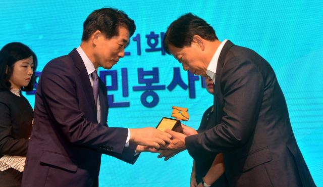 ▲ 김성호 도행정부지사가 박영구 일반행정부문 수상자에게 시상하고 있다.