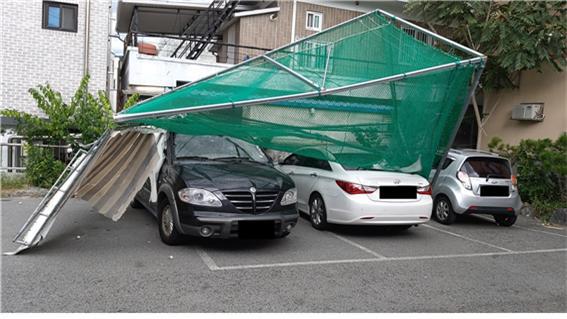 ▲ 7일 오후 3시 37분쯤 춘천시 효자동에서 개인 골프연습장 구조물이 날아가는 사고가 발생했다.이 사고로 인근 주차장에 세워져있던 차량 4대가 파손됐다.춘천소방서 제공