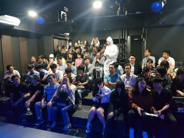▲ 2019 춘천연극제 대상수상작 앵콜 기획공연 '그날이 올텐데' 공연시작을 기다리는 관람객들.