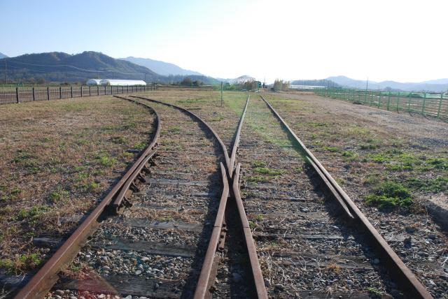 ▲ 경원선과 금강산선전기철도의 분기점이 되는 철원역 철로.한때 금강산 여행을 떠나는 기차역으로,철원의 중심지였다.  자료/철원역사문화연구소