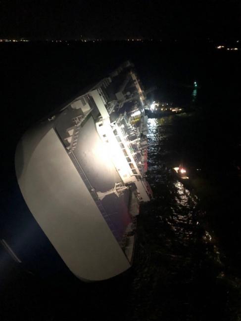 """▲ 외교부 """"미국 해상 전도선박 기관실서 한국민 4명 확인…구조작업중""""     (서울=연합뉴스) 미국 조지아주 해상에서 전도된 차량운반 '골든레이호'. 외교부는 8일 미국 해상에서 현대글로비스 소속 자동차운반선인 '골든레이호'가 전도된 사고와 관련해 한국민 4명에 대한 구조작업을 벌이고 있다고 밝혔다.     외교부 당국자는 이날 """"미 해안경비대는 현재 사고선박 기관실에 있는 것으로 확인된 우리 국민 4명에 대한 구조작업을 진행 중에 있다""""고 말했다.     이 당국자는 """"현재 승선 인원 23명 중 19명이 구조된 상태""""라며 이렇게 전했다. 구조 인원은 한국민 6명, 필리핀인 13명 등이다. 2019.9.9 [미 해안경비대 트위터 캡처. 재판매 및 DB금지]     photo@yna.co.kr (끝)   <저작권자(c) 연합뉴스, 무단 전재-재배포 금지>"""