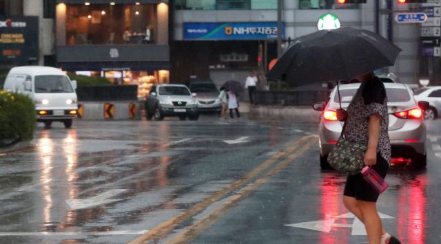 전국 곳곳에 비가 내리고 있는 5일 오후 강원 춘천시청 인근에서 우산을 쓴 시민들이 발걸음을 옮기고 있다. 기상청은 정체전선의 영향으로 강원지역에 내일까지 많은 곳은 150㎜ 이상의 비가 내릴 것으로 내다봤다.
