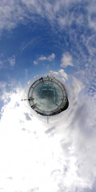 ▲ 9일 춘천 소양강스카이워크 위로 모처럼 파란 하늘이 구름 사이로 모습을 드러내 가을의 정취를 선사하고 있다. 360도 카메라로 촬영. 최유진