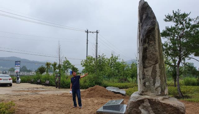 ▲ 지상기 홍천읍 검율리 3반장이 마을 입구에 특정 봉사단체가 설치한 봉사탑을 가리키고 있다.