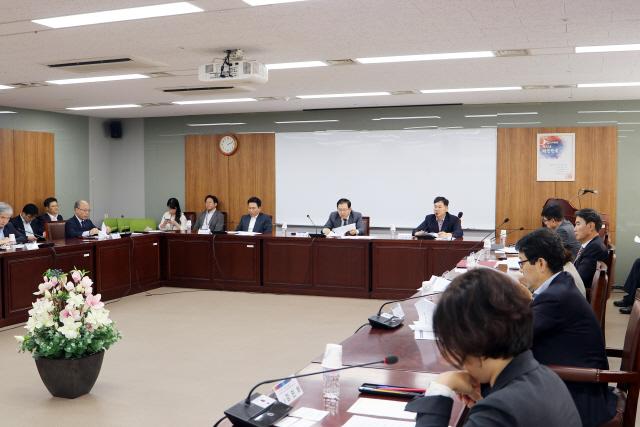 ▲ 제2단계 재정분권 TF 위원들이 최근 정부서울청사에서 1차 회의를 갖고 현안을 논의하고 있다.