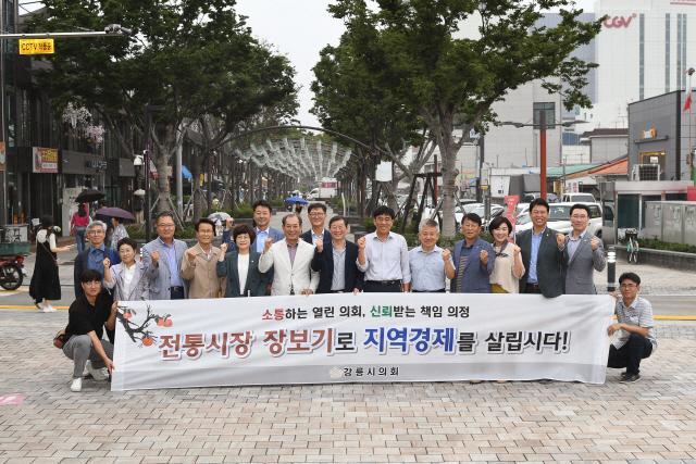 ▲ 강릉시의회 의원들은 10일 전통시장을 방문,추석 명절 장보기 행사를 가졌다.