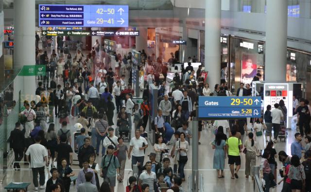 추석 연휴를 하루 앞둔 11일 오전 인천공항이 해외여행객들로 붐비고 있다.   인천국제공항공사는 연휴 기간 일평균 인천공항 이용객 수가 18만1천233명으로 작년 추석 연휴 때보다 3.1% 감소할 것으로 전망했다. 이용객이 줄어든 이유는 일본 여행객의 감소와 다소 짧은 연휴기간 때문인 것으로 분석된다.