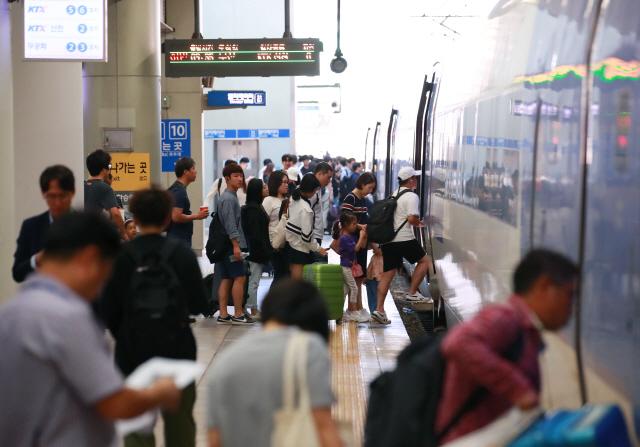 추석 연휴 시작을 하루 앞둔 11일 오전 서울역 열차 승강장에서 시민들이 고향으로 향하는 열차에 탑승하고 있다.