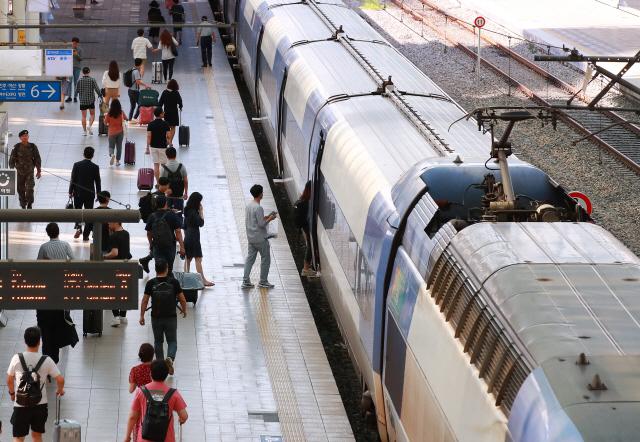 추석 연휴 시작을 하루 앞둔 11일 오전 서울역 열차 승강장에서 시민들이 고향으로 향하는 열차에 탑승하기 위해 이동하고 있다.