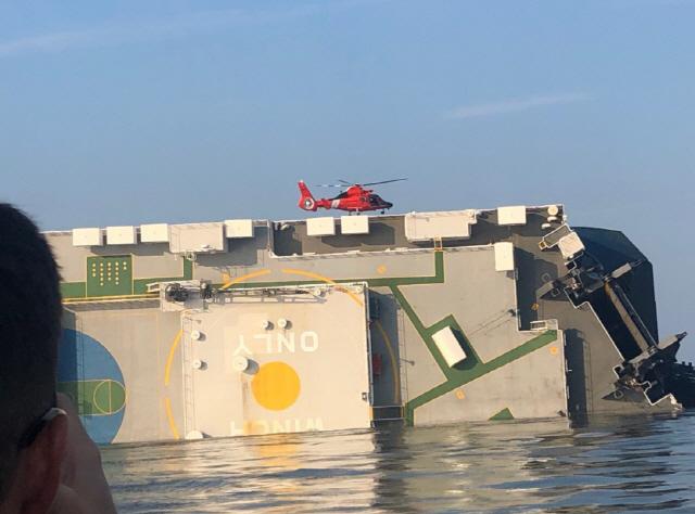 ▲ 미 해안경비대가 공개한 구조작업     (워싱턴=연합뉴스) 미 해안경비대가 9일(현지 시간) 미 동부 해안에서 전도된 현대글로비스 소속 자동차 운반선 골든레이호 구조작업 사진을 공개했다.      구조작업에는 헬기가 동원됐다. 골든레이호 안에는 한국인 선원 4명이 고립된 것으로 알려졌다. 2019.9.9. [미 해안경비대 트위터 캡처. 재판매 및 DB 금지]     photo@yna.co.kr (끝)   <저작권자(c) 연합뉴스, 무단 전재-재배포 금지>