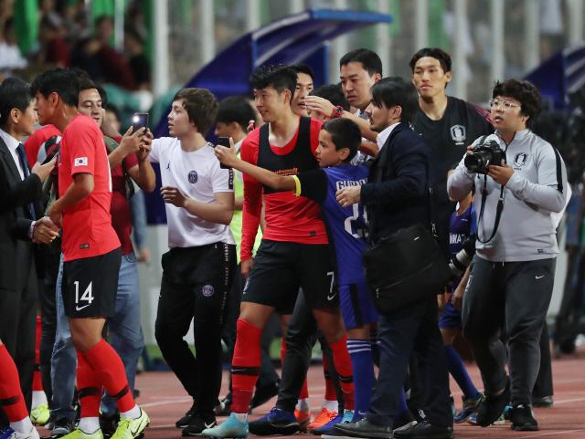▲ 10일(현지시간) 투르크메니스탄 아시가바트 코페트다그 스타디움에서 열린 2022 카타르 월드컵 아시아지역 2차 예선 H조 1차전 한국과 투르크메니탄과의 경기가 2대0 한국의 승리로 끝났다.   한국 손흥민이 그라운드를 나서자 팬들이 사진을 찍기 위해 몰려들고 있다. 2019.9.11