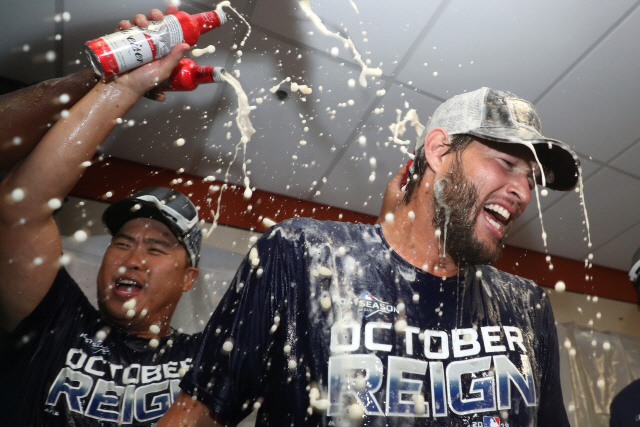 ▲ 9월10일(현지시간) LA다저스가 볼티모어 오리올스에 승리하면서 2019 MLB 내셔널리그 서부지구 우승을 확정한 후 류현진과 커쇼가 라커룸에서 샴페인을 터트리며 승리를 자축하고 있다.