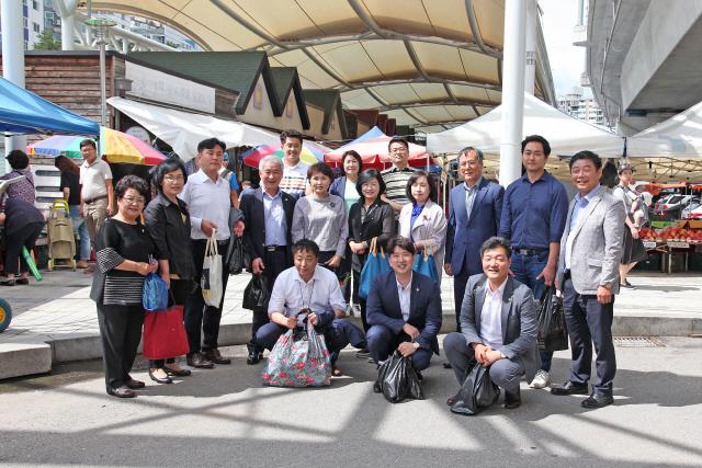 ▲ 춘천시의회(의장 이원규)는 11일 추석을 맞아 전통시장 활성화를 위해 풍물시장에서 장보기 행사를 가졌다.