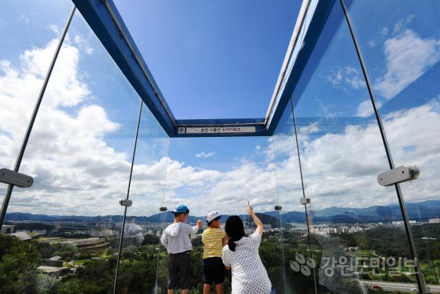 ▲ 추석 연휴 마지막 날인 15일 춘천 구봉산 전망대를 찾은 한 가족이 높게 펼쳐진 하늘을 바라보며 완연한 가을을 만끽하고 있다.     최유진