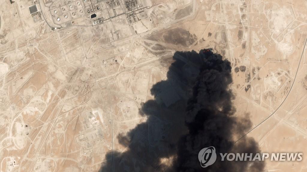 ▲ 사우디아라비아 석유 시설이 피격돼 연기가 뿜어져 나오는 모습이 16일 위성에서도 선명하게 보인다.