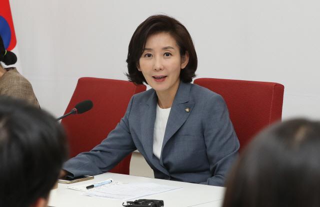 자유한국당 나경원 원내대표가 17일 오후 국회 원내대표실에서 기자간담회를 하고 있다.