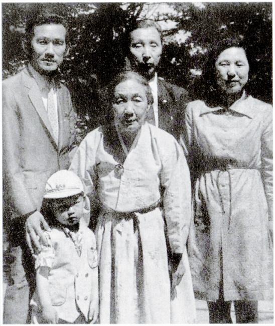 ▲ 조화벽 지사와 가족들의 모습.