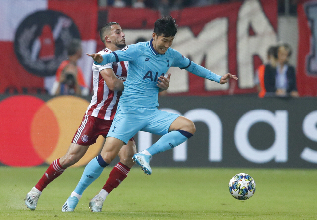 ▲ Tottenham's Son Heung-min, right, challenges for the ball with Olympiakos' Omar Elabdellaoui during the Champions League group B soccer match between Olympiakos and Tottenham, at the Georgios Karaiskakis stadium, in Piraeus port, near Athens, Wednesday, Sept. 18, 2019. (AP Photo/Thanassis Stavrakis)