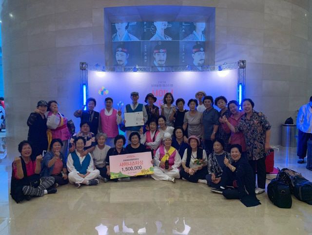 ▲ 19일 국립중앙박물관에서 열린 실버문화 페스티벌에서 춘천 실버농악이 대상인 '샤이니 스타상'을 수상했다.
