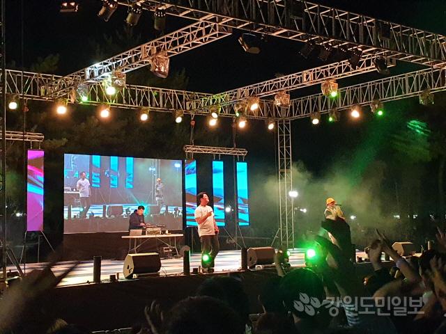 ▲ 강원대 축제인 대동제가 지난 19일 강원대 춘천캠퍼스에서 진행된 가운데 다이나믹듀오가 공연을 하고 있다.