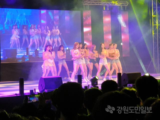 ▲ 강원대 축제인 대동제가 지난 19일 강원대 춘천캠퍼스에서 진행된 가운데 우주소녀가 공연을 하고 있다.