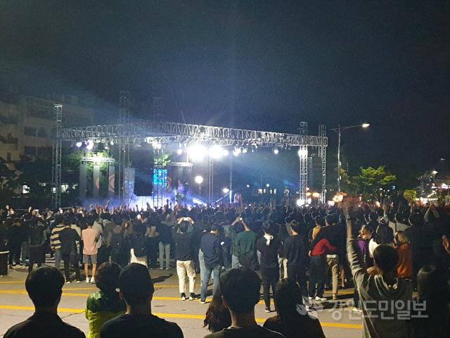 ▲ 강원대 축제인 대동제가 지난 19일 강원대 춘천캠퍼스에서 진행된 가운데 많은 인파가 몰려 관람하고 있다.