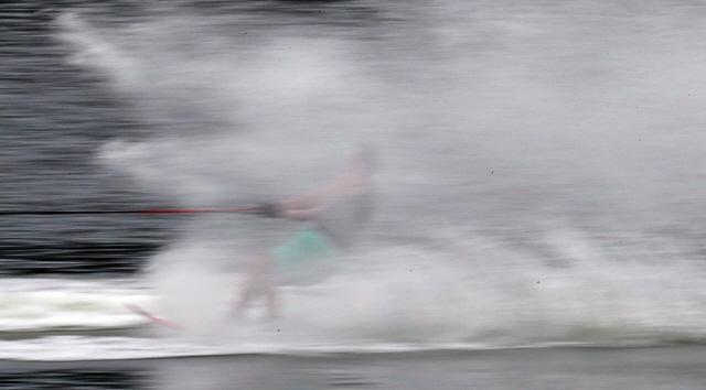 21일 강원 춘천 송암스포츠타운에서 '2019 춘천레저대회' 수상스키 대회가 열려 선수가 의암호 물살을 가르며 질주하고 있다.  경기는 이달초 태풍 링링으로 인해 연기돼 이날 열리게 됐다.