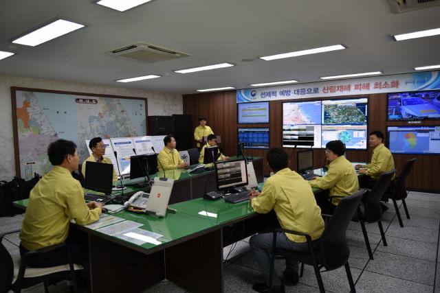 ▲ 동부산림청은 22일 제17호 태풍 '타파' 북상에 따른 피해에 대비,산사태 대책 상황실을 운영하고 대규모 산지전용지와 임도신설 사업지 등 142곳에 대한 긴급 점검을 했다.