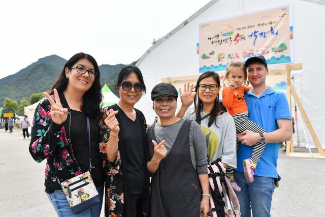 ▲ 대한민국 5일장 박람회가 열린 정선아라리공원을 방문한 써니 몰튼(사진 왼쪽 두번째) 가족이 기념 촬영을 하고 있다.